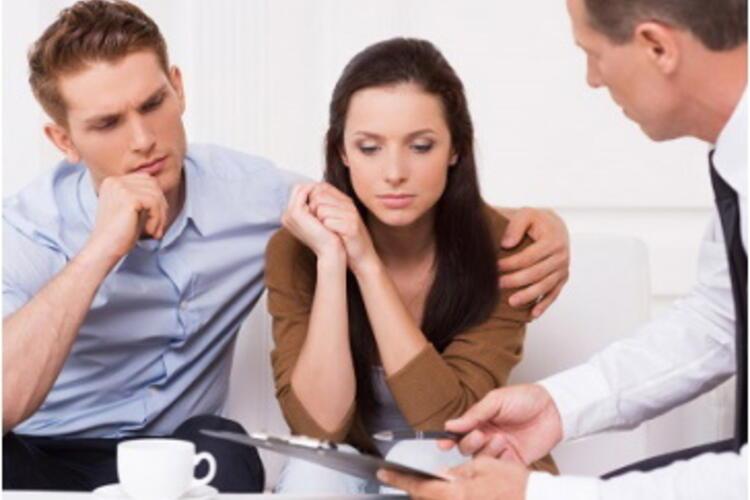couple en difficulté financière se voyant présenter une offre spécifique par leur banquier