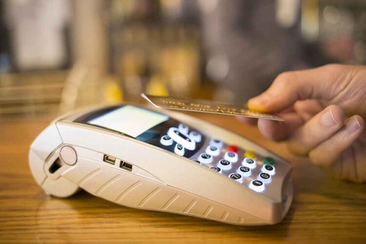 personne payant sans contact par carte bancaire
