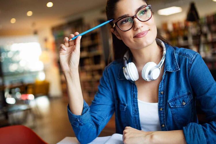 Étudiante pensive à la bibliothèque